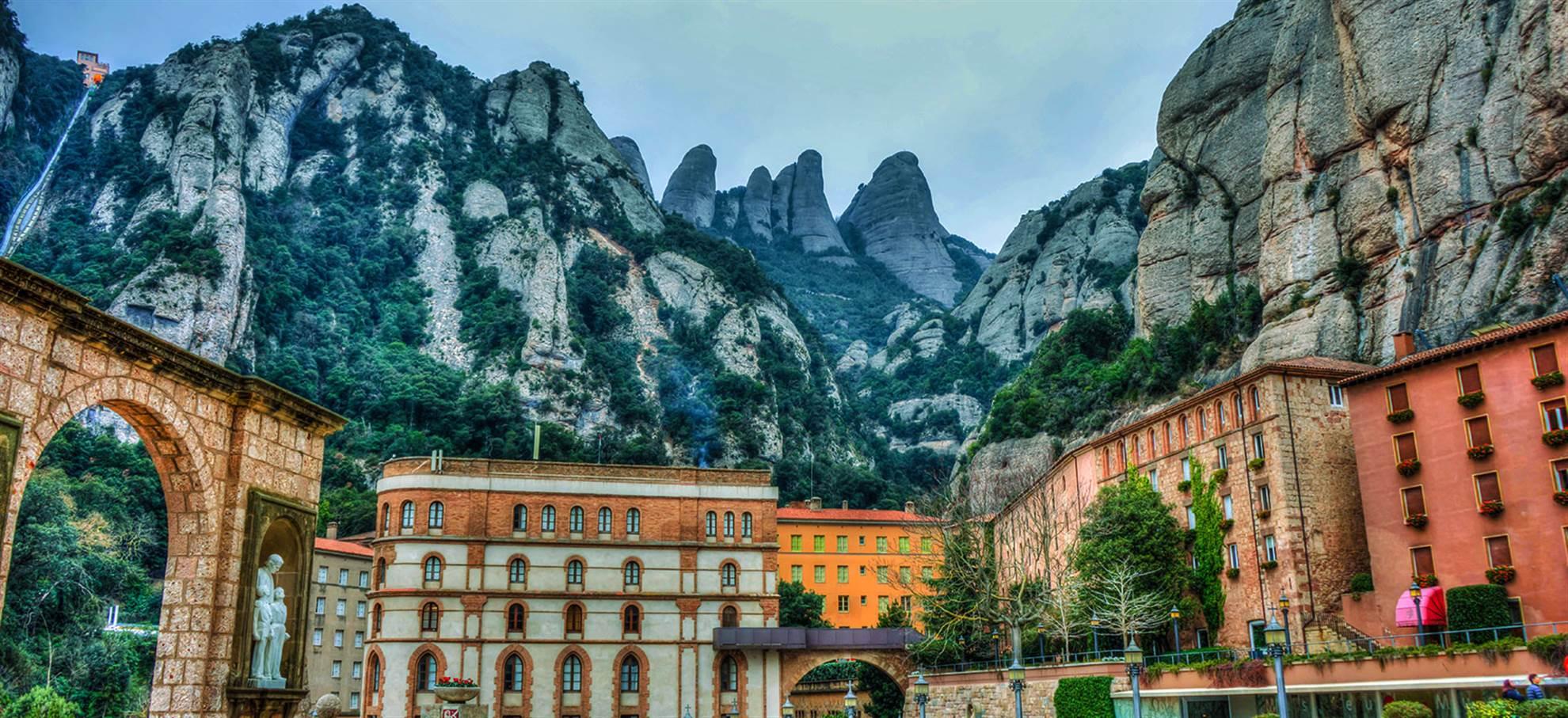 Montserrat et la crypte de Gaudi