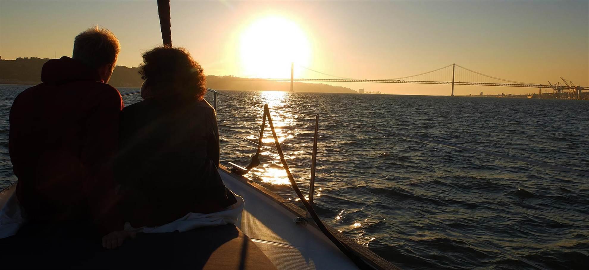 Rejs przy zachodzie słońca